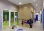 brede school onderwijsplein met zicht op groen speellokaal