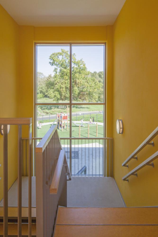 brede school trappenhuis met zicht op speelplein
